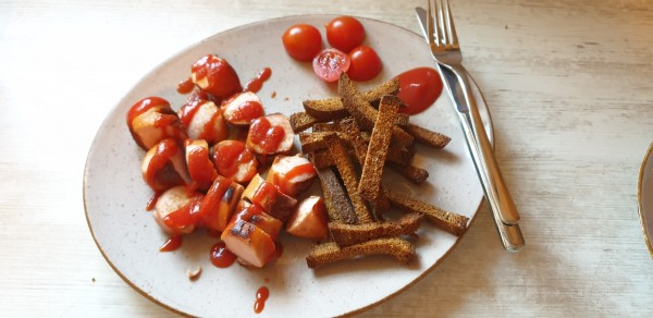 Currywurst-mit-PommesT2NNgTHdxMTNH